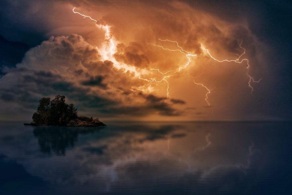 雷雨で雷が光っている様子