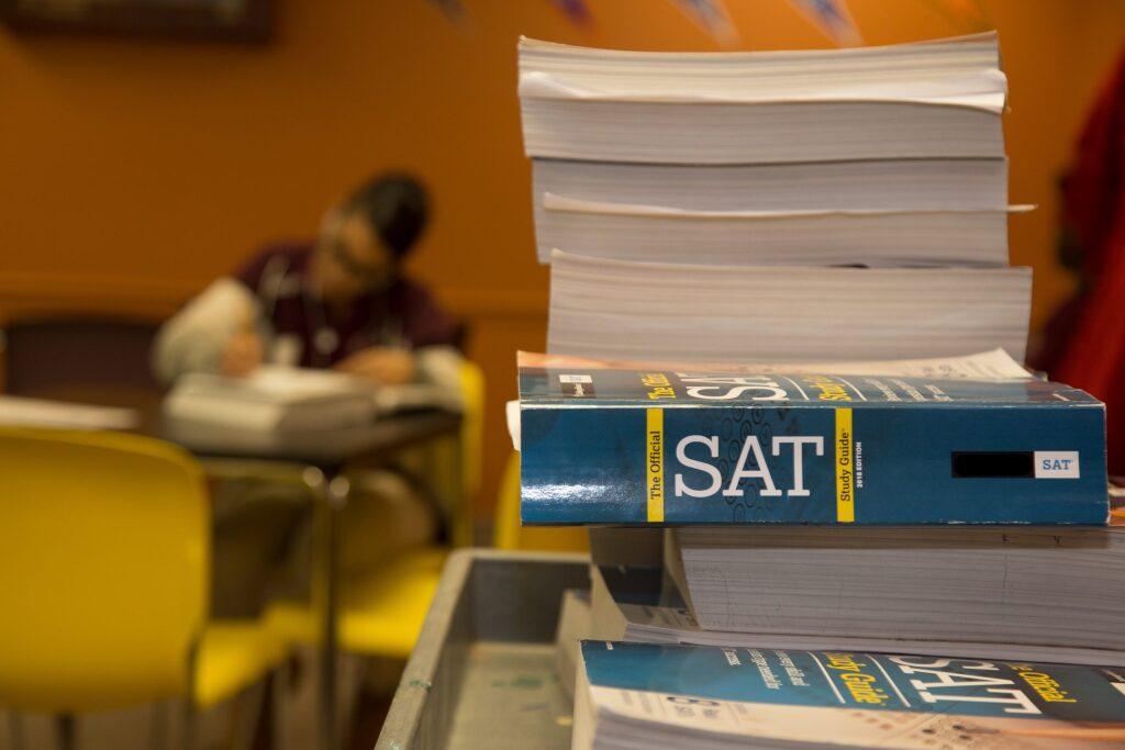 学生が大量の英語の参考書で英語を勉強している様子