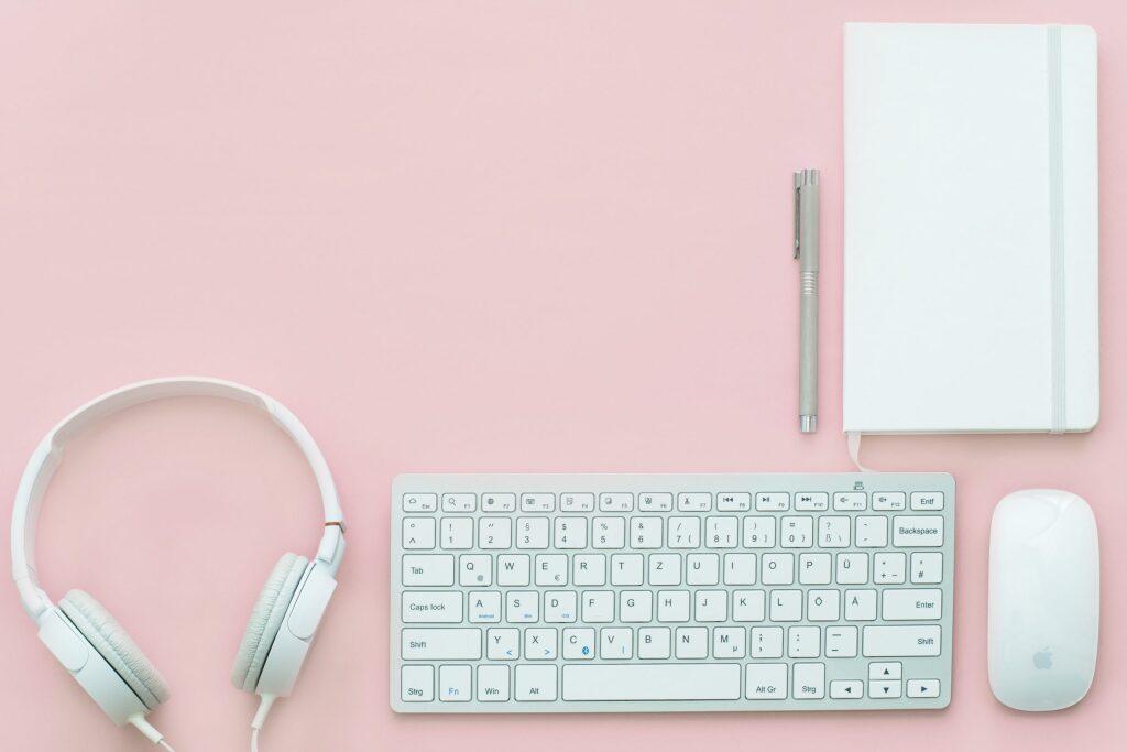 自宅受験用パソコンのキーボードとヘッドフォンとノートとマウス