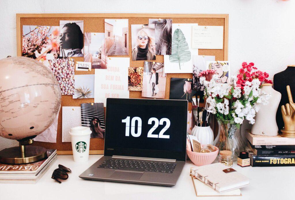 自宅の机にあるオンライン学習用のノートパソコンやメモ帳などの筆記道具