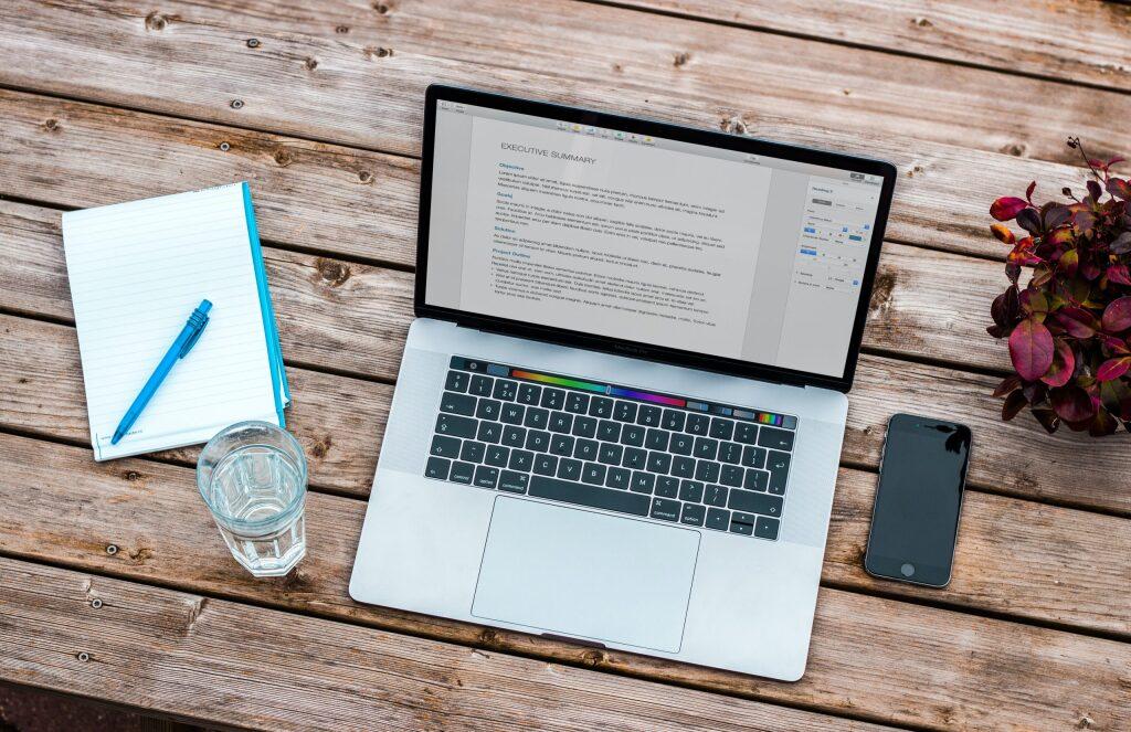 自宅でコンピューターを使ってオンライン学習