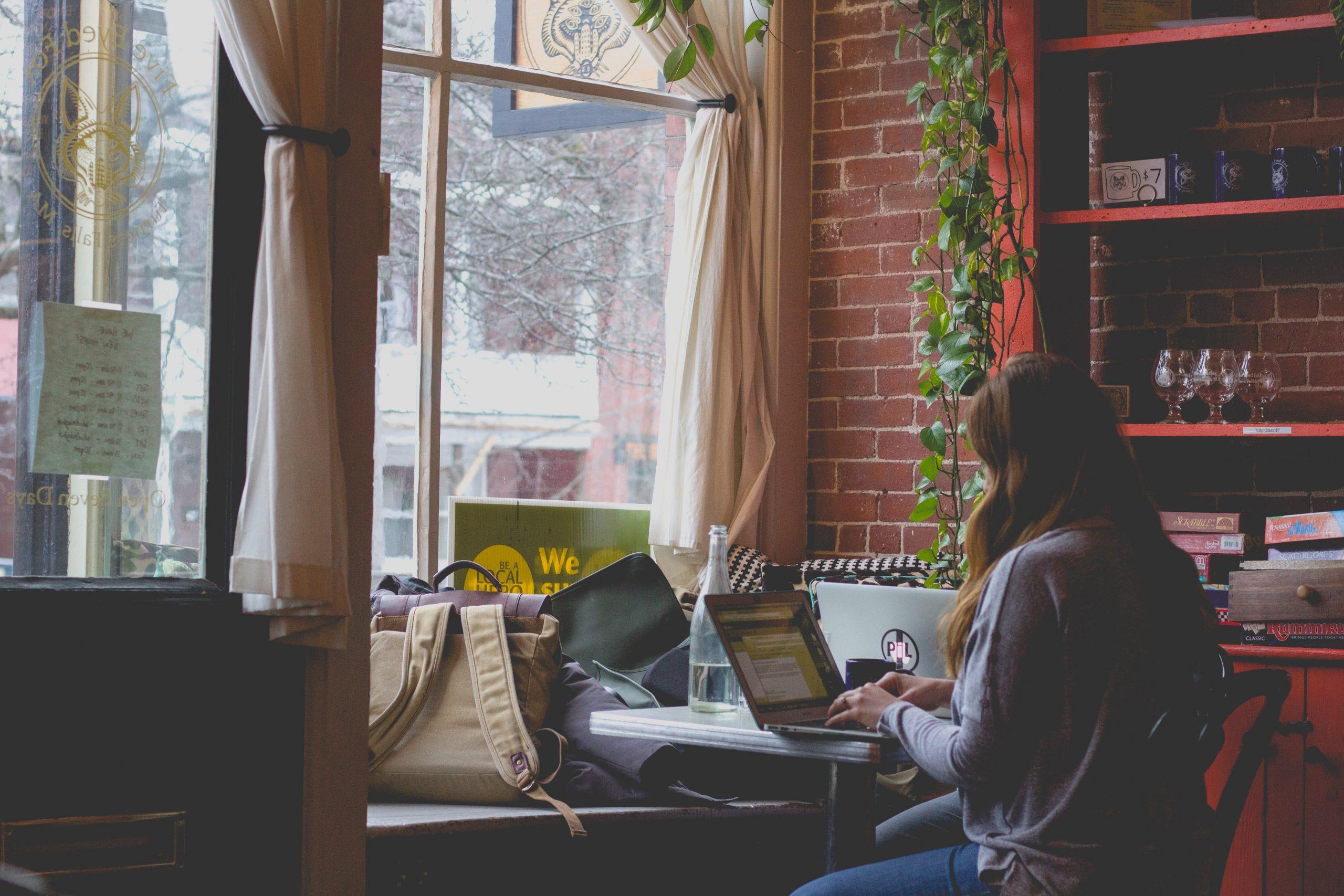 自宅でパソコンを使ってオンライン学習をしている学生