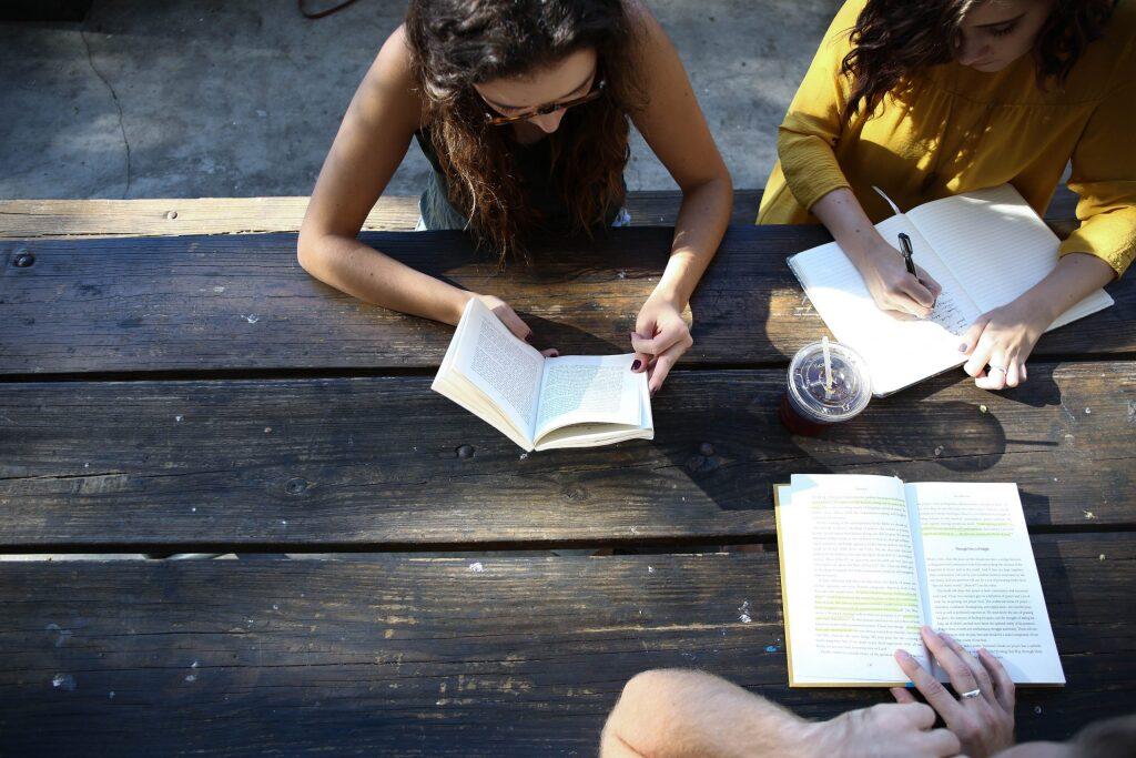 一緒に勉強している大学生3人