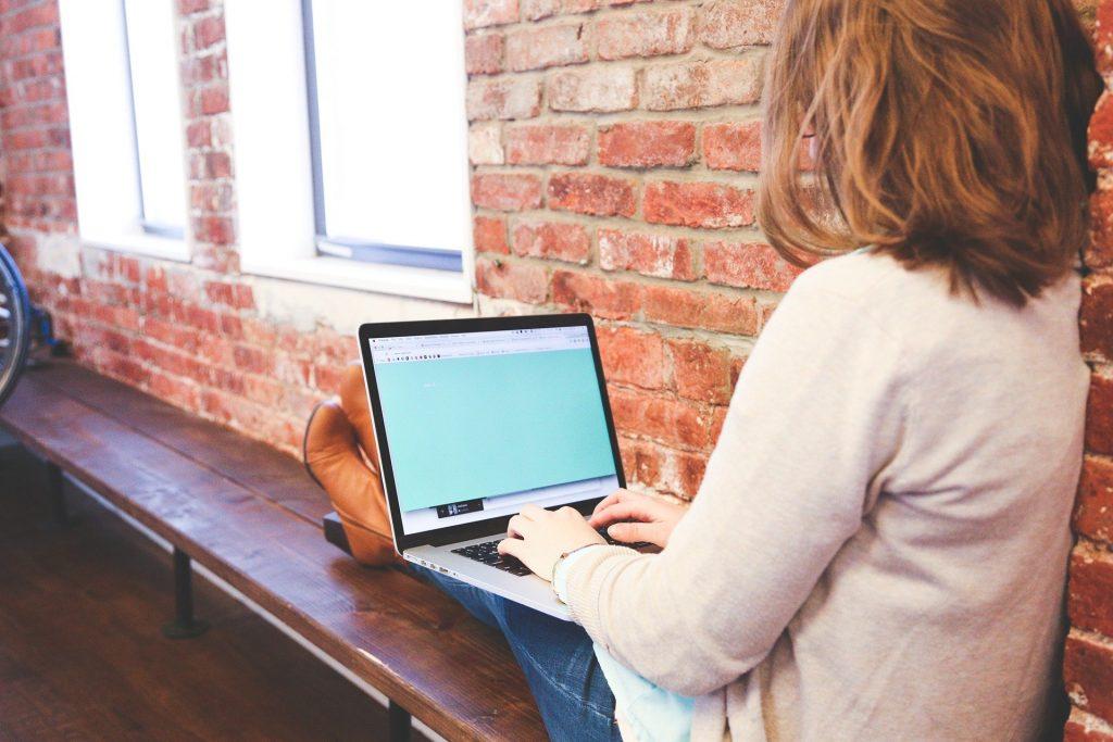 学生がコンピューターで勉強している様子
