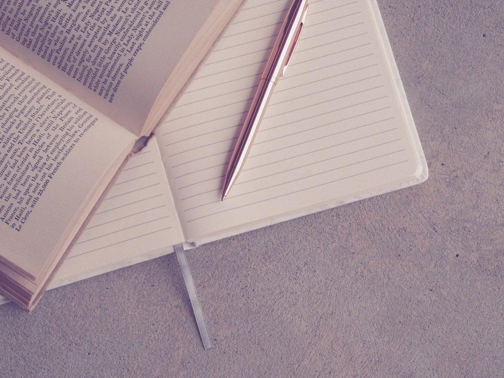 勉強中のノートとペンとバインディング