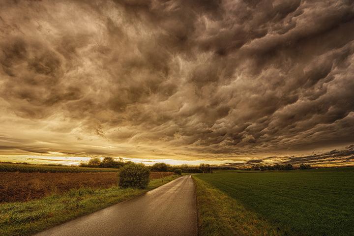 暴風雨で嵐が直撃している村の様子
