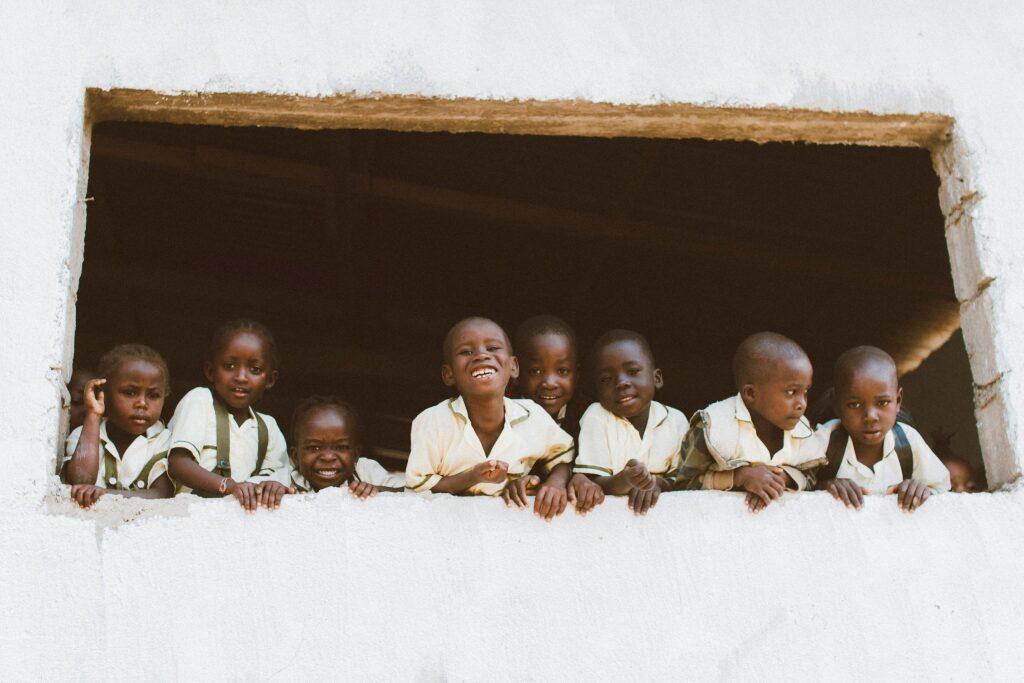 アフリカの学校の未来ある子供たち