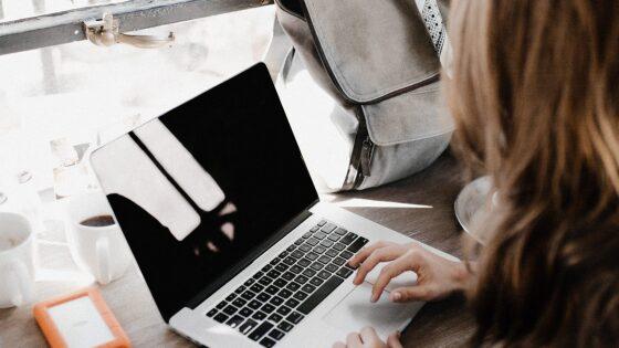 自宅で大学生がオンライン学習をしている様子