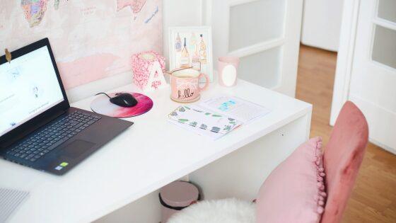 自宅のデスクとコンピューター