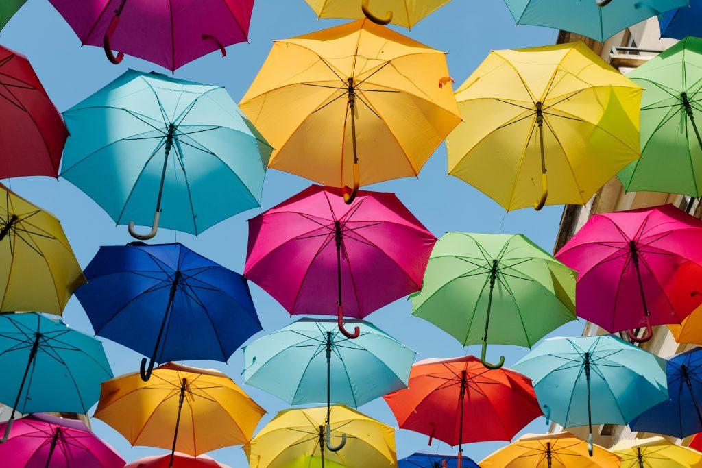 大量の雨用傘