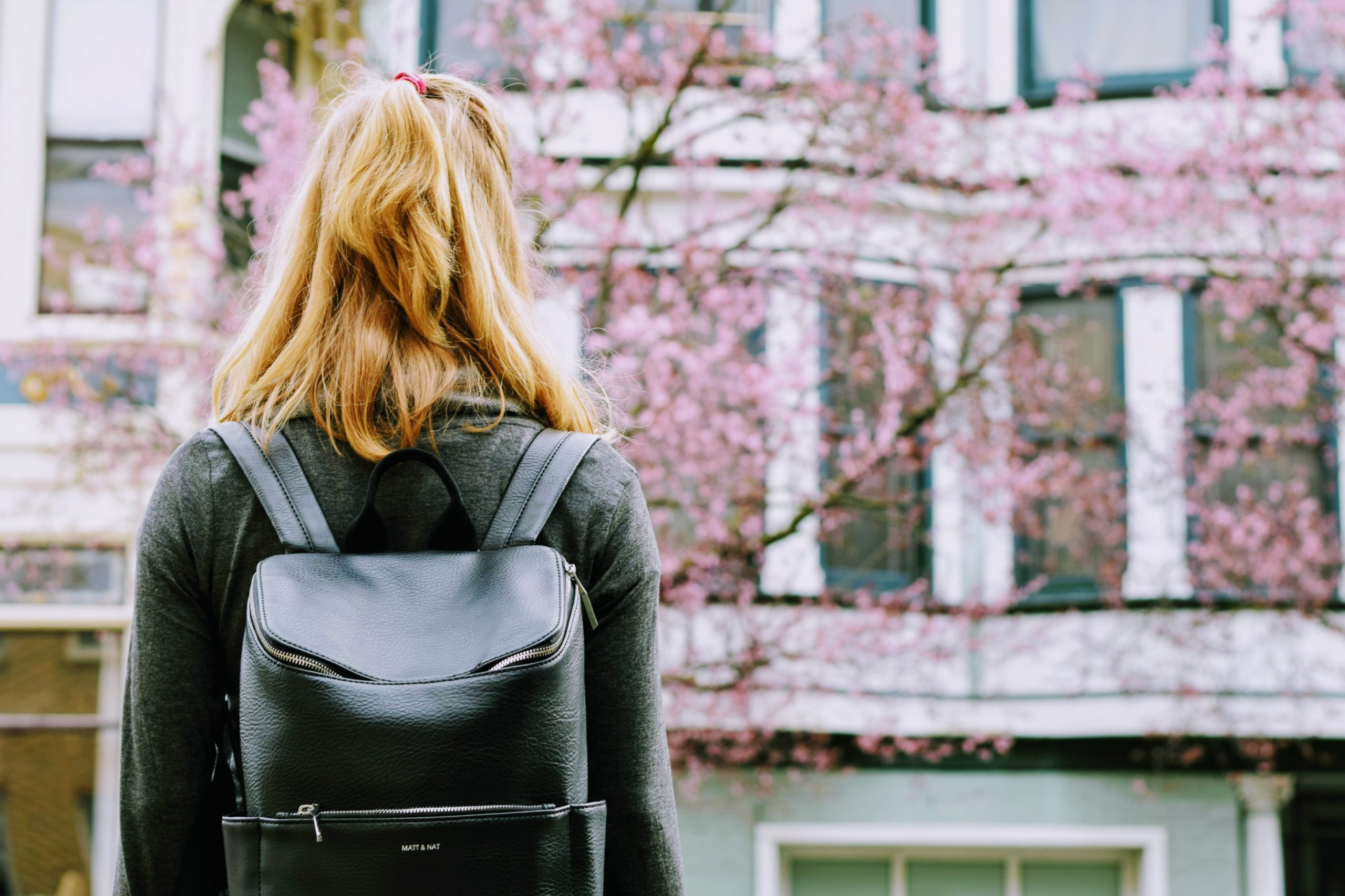 大学の校舎前にいる新入生の学生