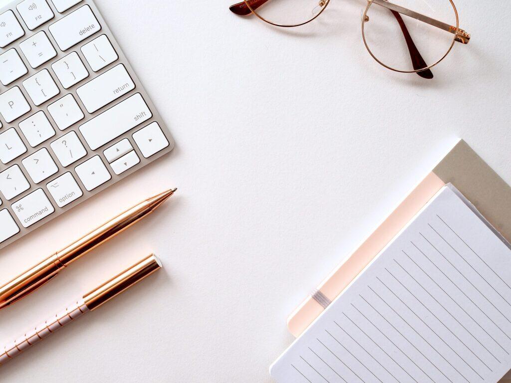パソコンのキーボードやペン、ノートなどの勉強グッズ