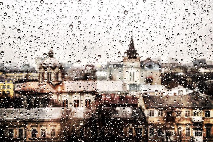 室内の窓から外の大雨を見ている様子