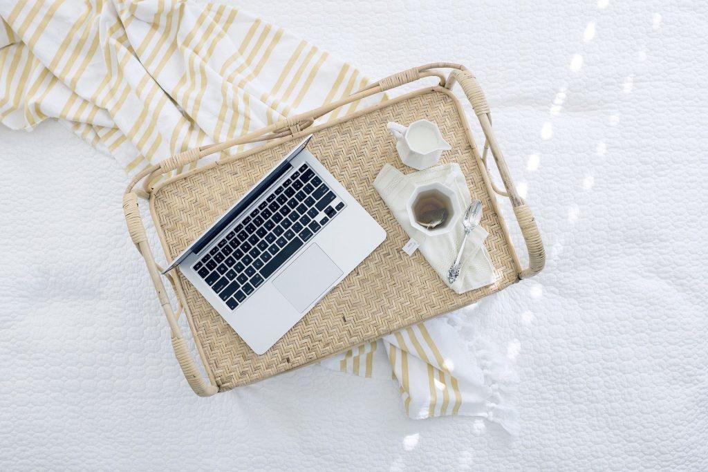 自宅にあるコンピューターで仕事と勉強をしている様子