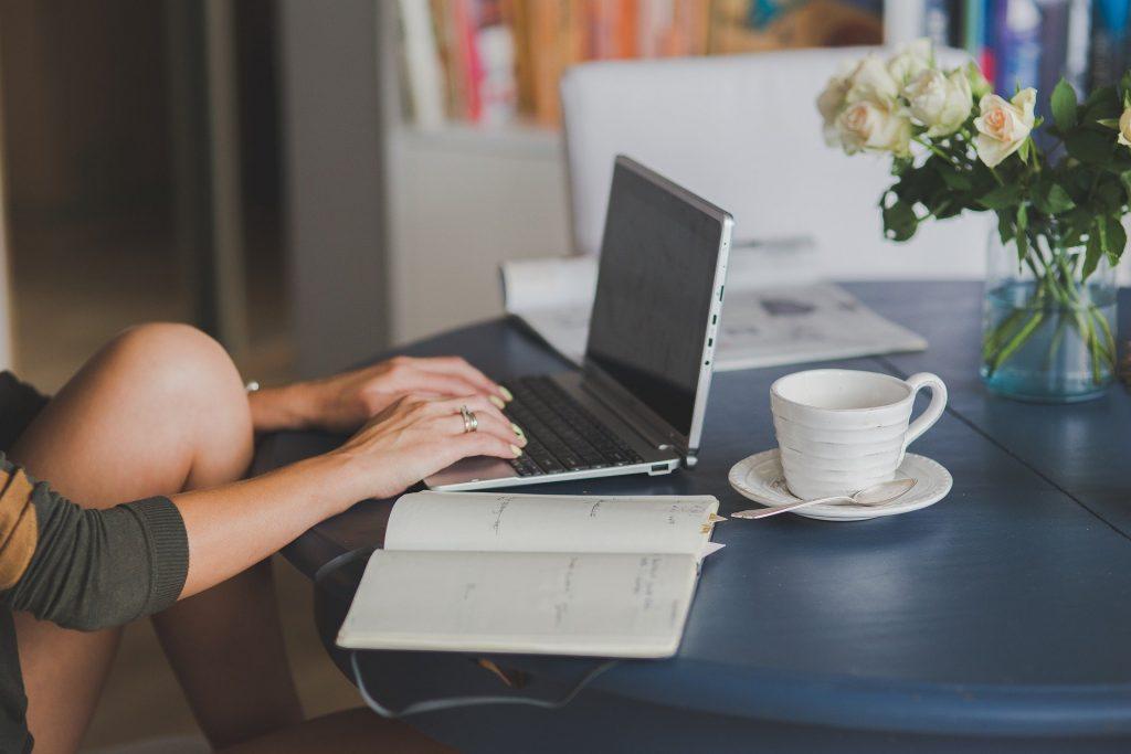 自宅でコンピューターを使ってオンラインで学習や仕事をしているところ