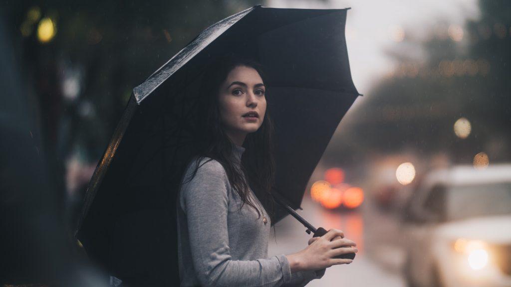 小雨で傘をさしている女性
