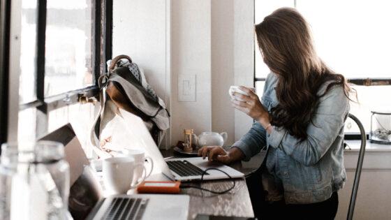 コンピューターで勉強しているオンライン大学生