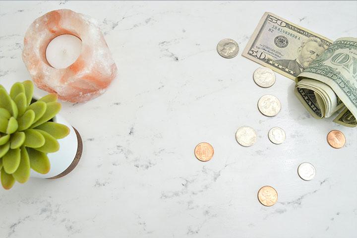 ドル札とコインの写真