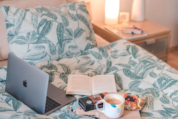 ベッドの上でオンライン授業