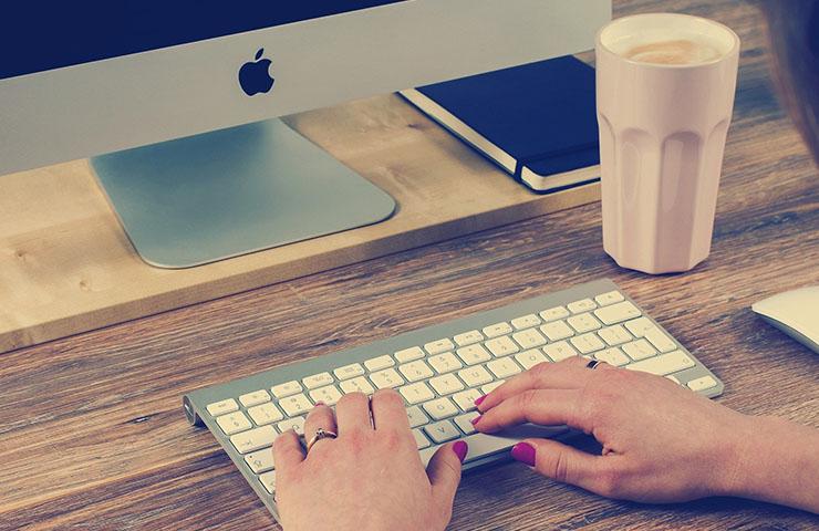 コンピューターを使用している女性