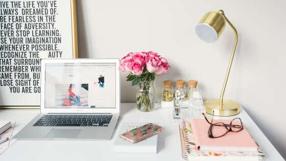 オンライン学習用の机と文房具