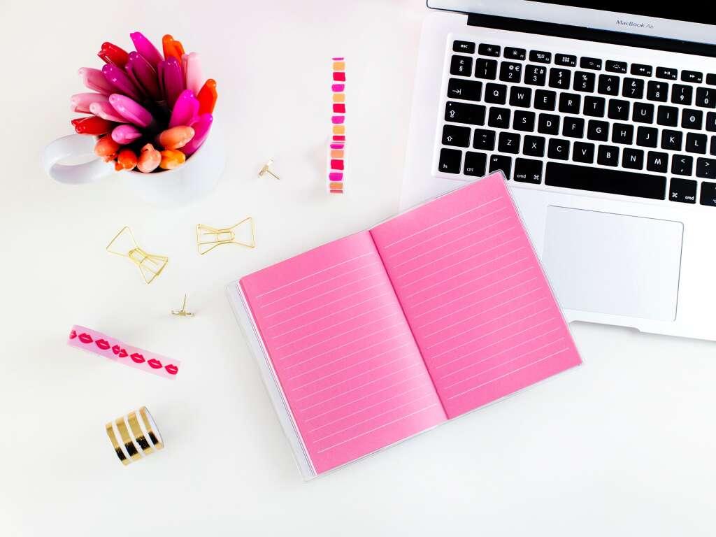 ラップトップやペンなどオンライン学習に必要なもの