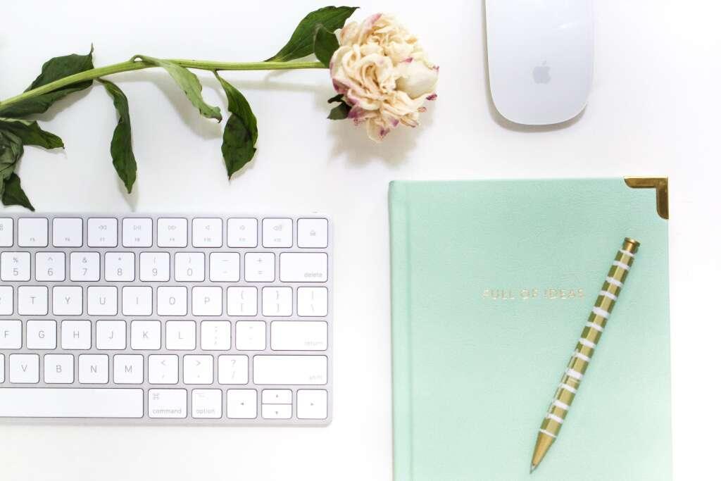 オンライン学習用のノートブックとペンとキーボードとマウス