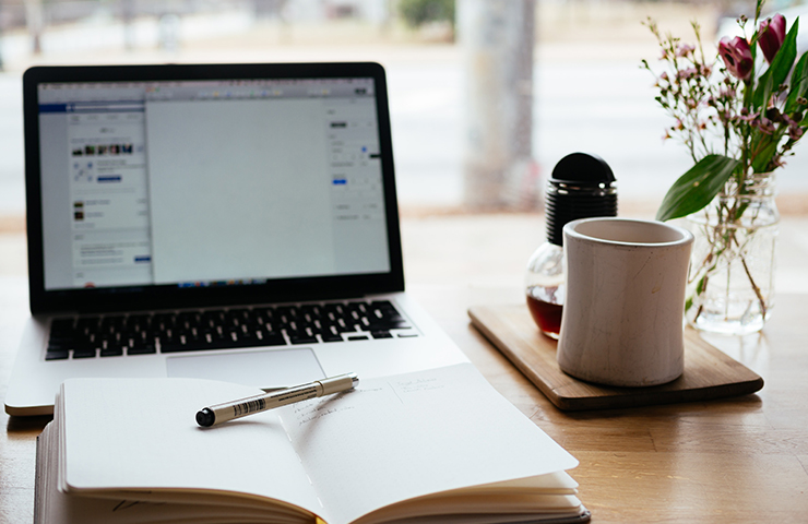 パソコン、ペン、ノートでオンライン学習