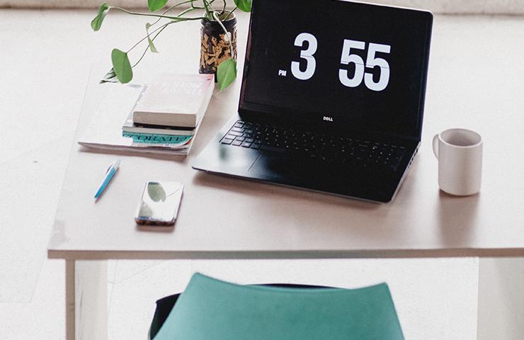 Final Exam用の筆記用具とデスクと椅子とノートブックパソコン