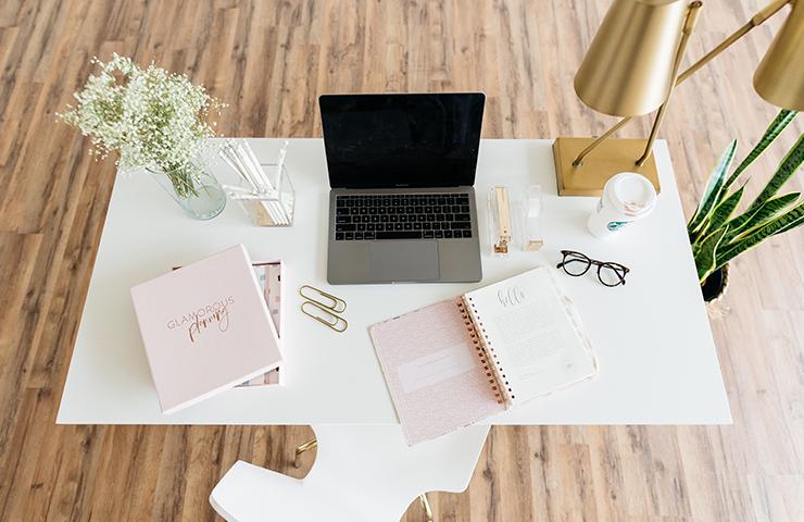 オンライン学習用のノート、スケジュール帳、スタディープランナー、ラップトップ