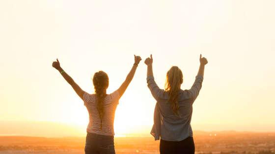 目標の達成に成功した女性二人の写真