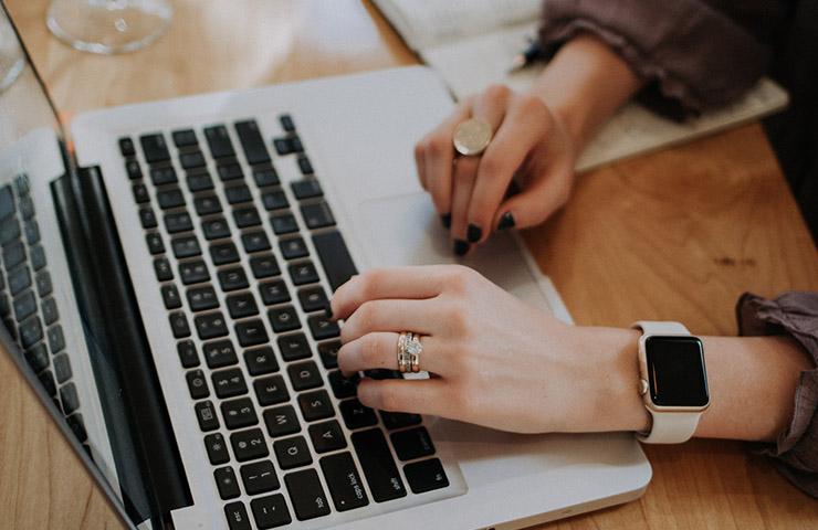 コンピューターを使用してオンライン学習用のタスクに取り組んでいる女性