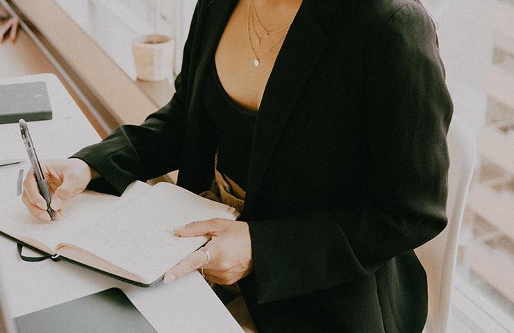 ノートで勉強をしている女性