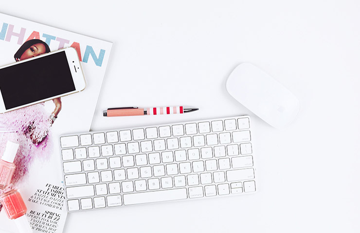 コンピューターのキーボードと携帯電話