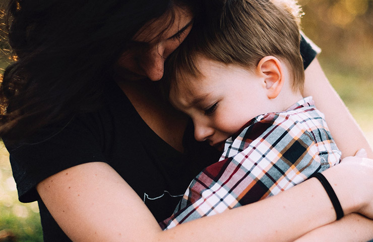泣いて謝っている子供とママ