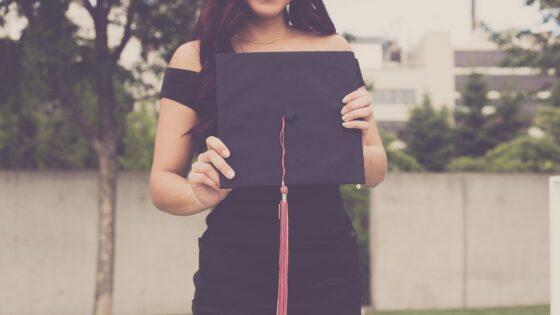 大学の卒業式の女性