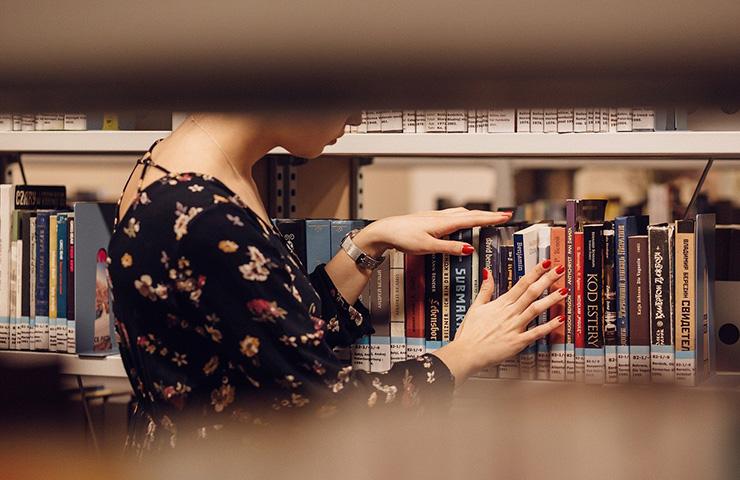 本を探している女学生