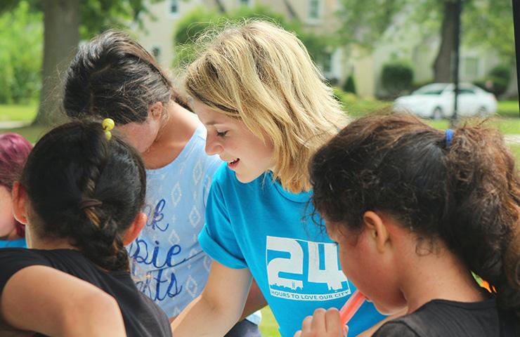 ボランティア活動をしている女子大学生