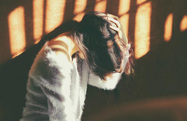 深い後悔と罪悪感で苛まれている女性
