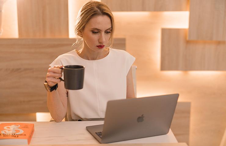 コンピューターで勉強をしている女性