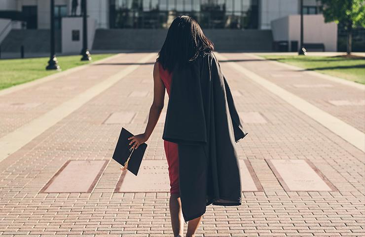 大学を卒業したばかりの女性