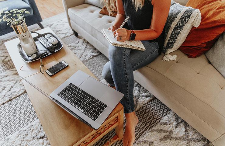 社会人大学生が家でオンライン学習をしている様子