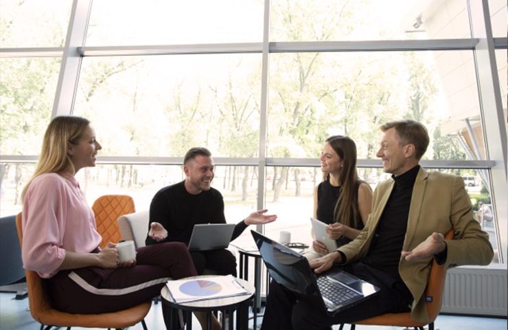ビジネス英語で会話している企業の人たち