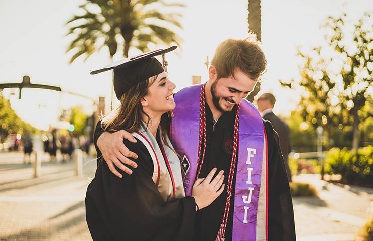 大学の卒業式の日の大学生二人