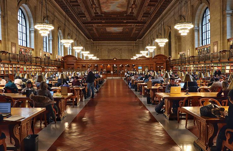 大学の図書室にいる学生たち