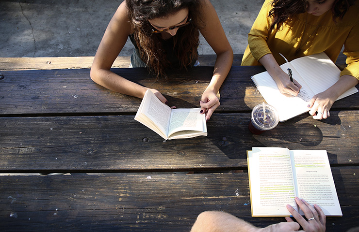 一緒に勉強している女子学生たち