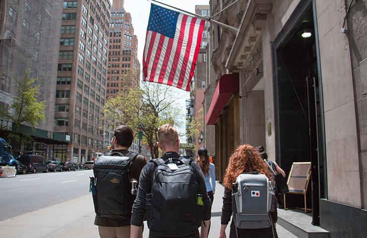 大学通りを歩くアメリカの大学生たち