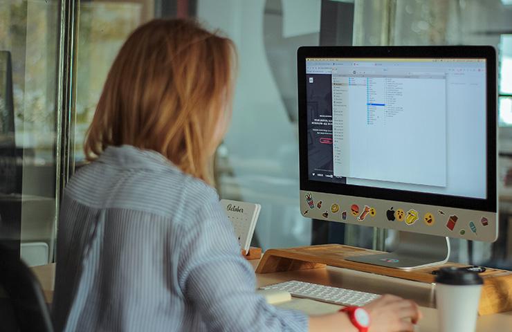 コンピューターで勉強している女子大学生