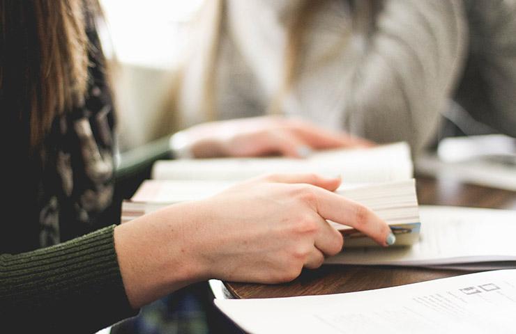 自主的に自分自身で勉強している女性
