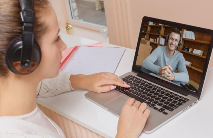 オンライン英会話レッスンを受講している女性と講師